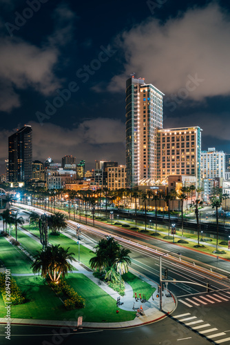 Photo Cityscape view of the downtown San Diego skyline and Harbor Drive at night, in S