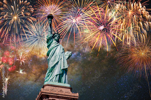 Fotografia  Statue of Liberty over the Multicolor Fireworks Celebrate with the milky way bac