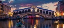 Venetian Gondolier Punting Gon...