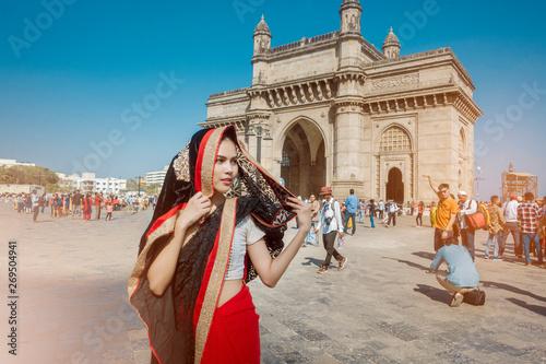 Fototapeta premium Bombaj, Indie; 19.05.2019; Piękna kobieta w sari ubierają w Bombaju w Indiach