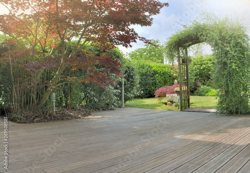 Fotografia wooden terrace in a garden with japanese maple foliage