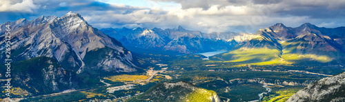 Foto op Plexiglas Panoramafoto s Panorama view over the town of Banff and the Canadian Rockies seen from Sulphur Mountain.You can go to the mountaintop with a gondola.