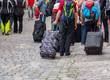Reisegruppe mit Koffern in der Stadt