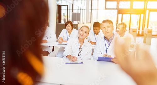 Photo  Ärzte bei Weiterbildung im Seminar