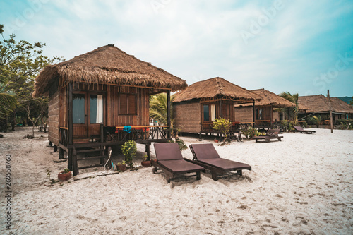 Fotografía Huts for living on white sand on the beach on island Koh Rong Samloem, Saracen Bay