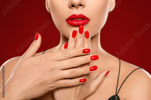 Cuadros en Lienzo Beautiful young woman with bright manicure on color background, closeup