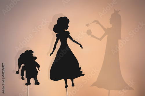 Fotomural Shadow puppets of Snow White, dwarf and Evil Queen