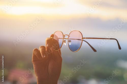 Pinturas sobre lienzo  hand hold Hipster sunglasses