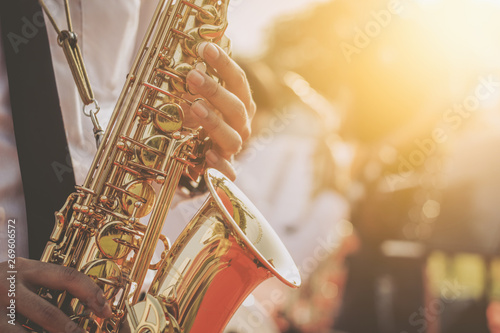 Photo jazz musician playing the saxophone Beautiful voice
