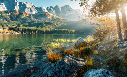 Türaufkleber Blau türkis Impressive Autumn landscape The Eibsee Lake in front of the Zugspitze under sunlight. Amazing sunny day on the mountain lake. concept of an ideal resting place. Eibsee lake in Bavaria, Germany