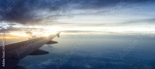 Flugzeug fliegt bei Sonnenaufgang