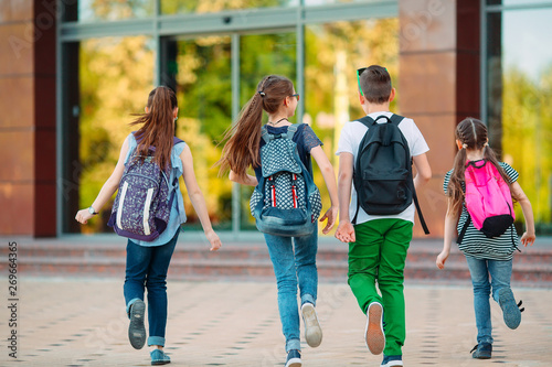 Fotomural  Group of kids going to school together.