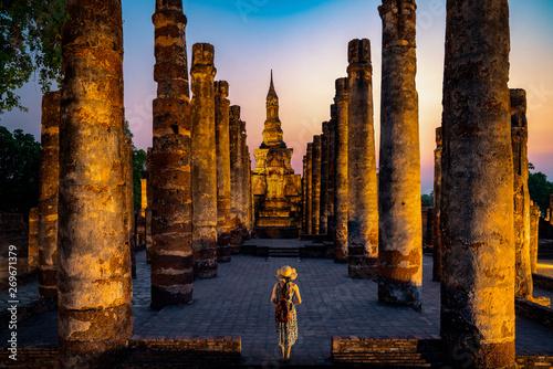 Photo Sunset and light in Sukhothai historical park