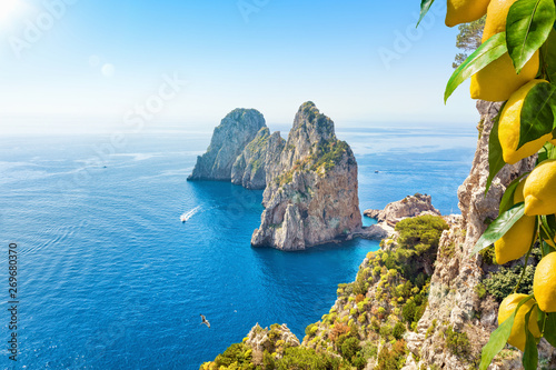 Photo Stands Blue sky Famous Faraglioni Rocks, Capri Island, Italy