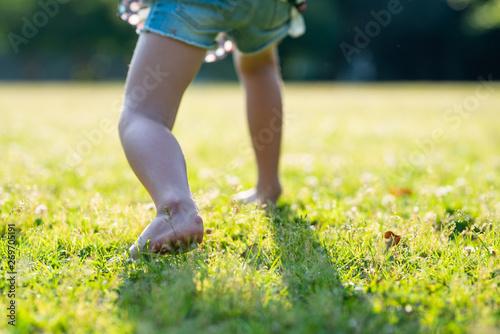 裸足で遊ぶ子供の足