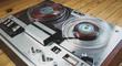 Altes Tonbandgerät von 1969 auf hölzernem Untergrund