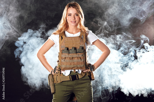 Photo  Brave amazing army girl wearing military plate carrier upon white t-shirt