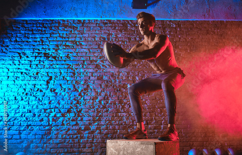 Fotografía Man doing Box jumps adds a good dose of virtuosity for increased speed, efficiency and grace, like in any CrossFit movement