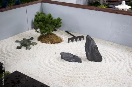 Photo sur Plexiglas Zen pierres a sable the Japanese garden with ikebana, sand and rake