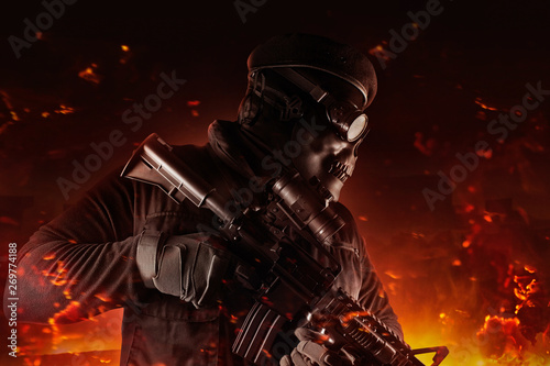 Photo  Soldier in skull mask, glasses and beret face side view.