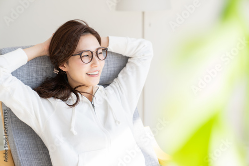 Obraz リラックスする女性 - fototapety do salonu