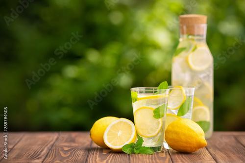 Fotografía lemonade in glass and bottle