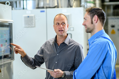 Fotografia  boss with worker in factory