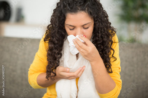 Photo woman with nosebleed