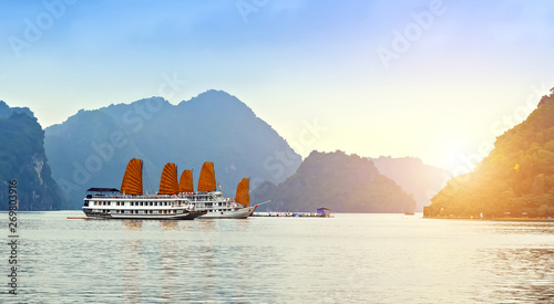 Foto  Discover liner Sails ship Halong Bay Top Destinations Vietnam.