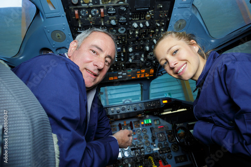 instructor teaching how to pilot a plane Fototapet
