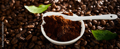 Pinturas sobre lienzo  Dark panorama banner of ground coffee and beans