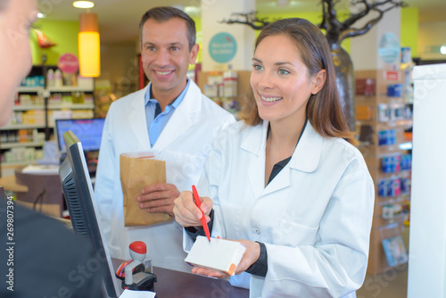 Photo  pharmacists working at the local drugstore