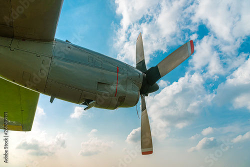 Photo Aircraft Propeller and Spinner Engine on Airplane Wing Against Cloudy Blue Sky