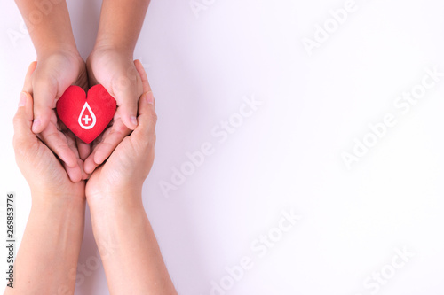 Fotografia Woman and child hands holding red heart  for blood donation concept,World blood donor day, health care love, hope and family concept, world heart day,world health day