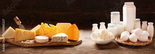 Fotografía various types of dairy products on rustic wooden table
