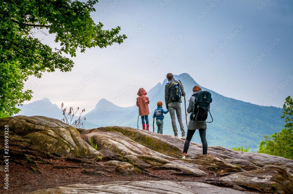 Fototapety, obrazy: famille en randonnée en montagne