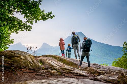 famille en randonnée en montagne Wallpaper Mural