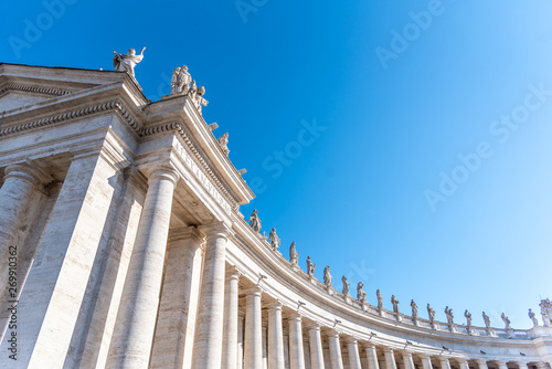 Photo Doric Colonnade with statues of saints on the top