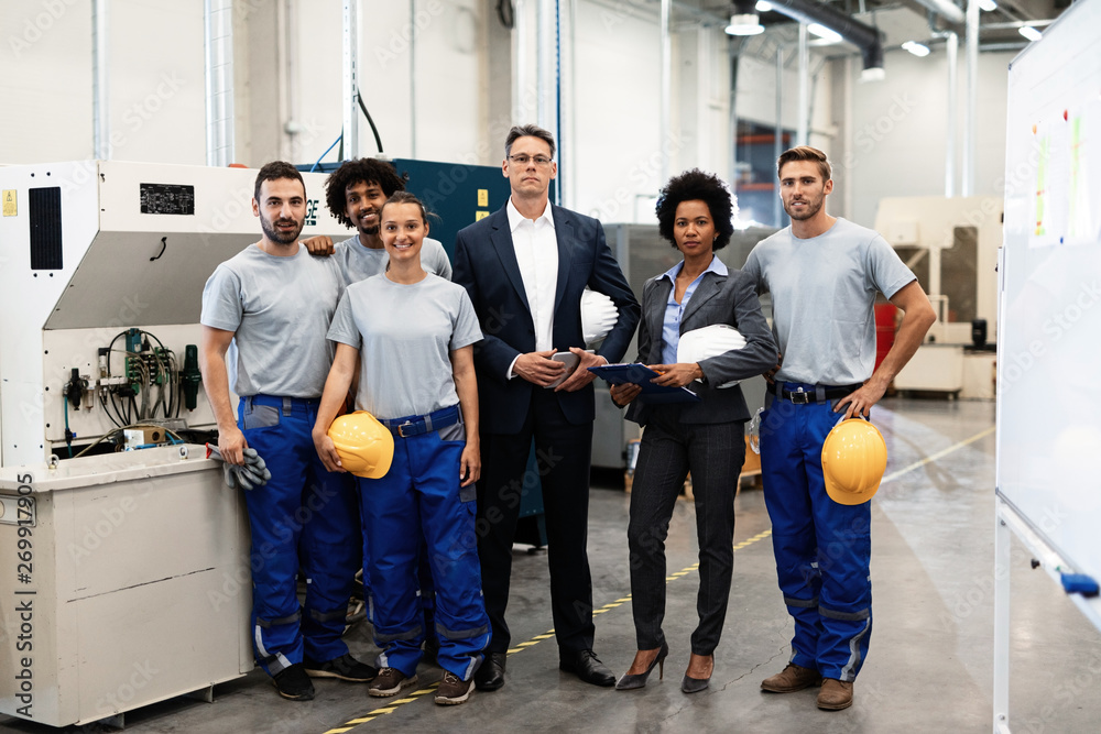 Photo  Portrait of company leaders and their employees in industrial plant