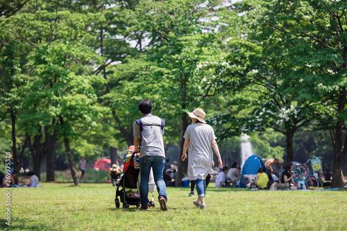 公園での若い家族の休日の風景