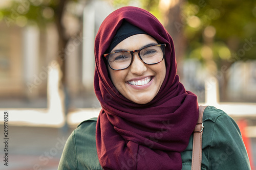 Foto Smiling young woman in hijab