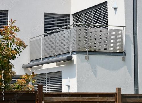 Moderner Balkon mit elektrischer Markise, Balkonlampe, Edelstahl-Geländer, Jalou Fototapete