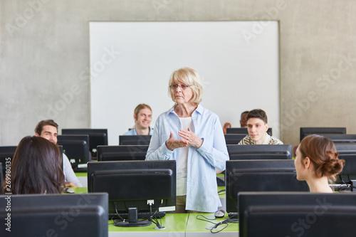 Seniorin als Lehrerin im Unterricht - 269980135