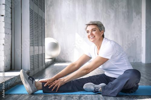 Pinturas sobre lienzo  Sporty mature woman training at home