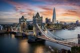 Fototapeta London - Die beleuchtete Tower Brücke über der Themse in London bei Sonnenuntergang, Großbritannien
