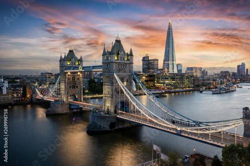 Foto op Plexiglas Londen Die beleuchtete Tower Brücke über der Themse in London bei Sonnenuntergang, Großbritannien