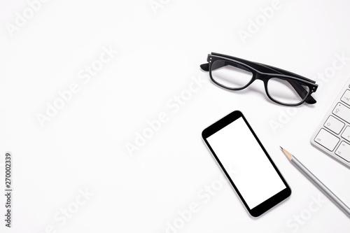 Fotografie, Obraz  Schwarze Brille mit Tastatur, Smartphone und Bleistift