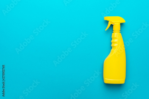 Fotografia  cleaning spray on the turquoise blue background with copy space