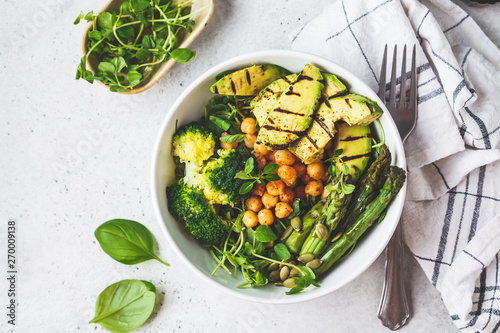 Ingelijste posters Kruidenierswinkel Buddha bowl with grilled avocado, asparagus, chickpeas, pea sprouts and broccoli.
