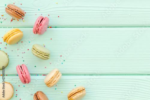 Foto auf AluDibond Macarons Macarons dessert pattern on mint green background top view copy space